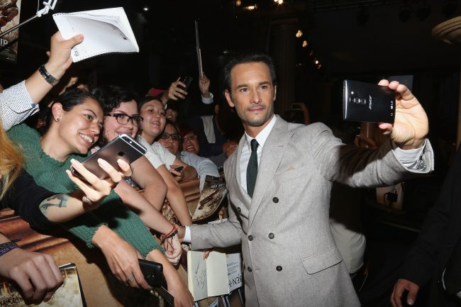 "MEXICO CITY, MEXICO - AUGUST 09:  Rodrigo Santoro signs autographs and takes selfies with fans during the Mexico Premiere of the Paramount Pictures ""Ben-Hur"" at Metropolitan Theater on August 9, 2016 in Mexico City, Mexico.  (Photo by Victor Chavez/Victor Chavez/Getty Images for Paramount Pictures)  width="