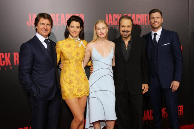 """HARAHAN, LA - OCTOBER 16:  Tom Cruise, Cobie Smulders, Danika Yarosh, Edward Zwick and Patrick Heusinger attend the fan screening of the Paramount Pictures title """"Jack Reacher: Never Go Back"""", on October 16, 2016 at the AMC Elmwood in New Orleans, USA.  (Photo by Josh Brasted/Getty Images for Paramount Pictures) *** Local Caption *** Tom Cruise;Cobie Smulders;Danika Yarosh;Edward Zwick;Patrick Heusinger"""