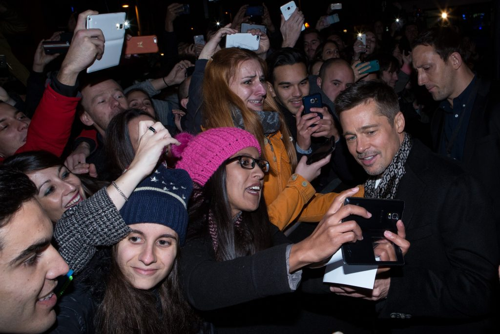 brad-pitt-with-fans